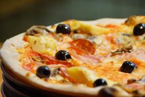 Pizza mit Mozzarella und Oliven