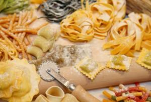 Ungekochte frische Pasta. Verschiedene Sorten: Tagliatelle, Ravioli, Gnochi, Rigatoni, Penne